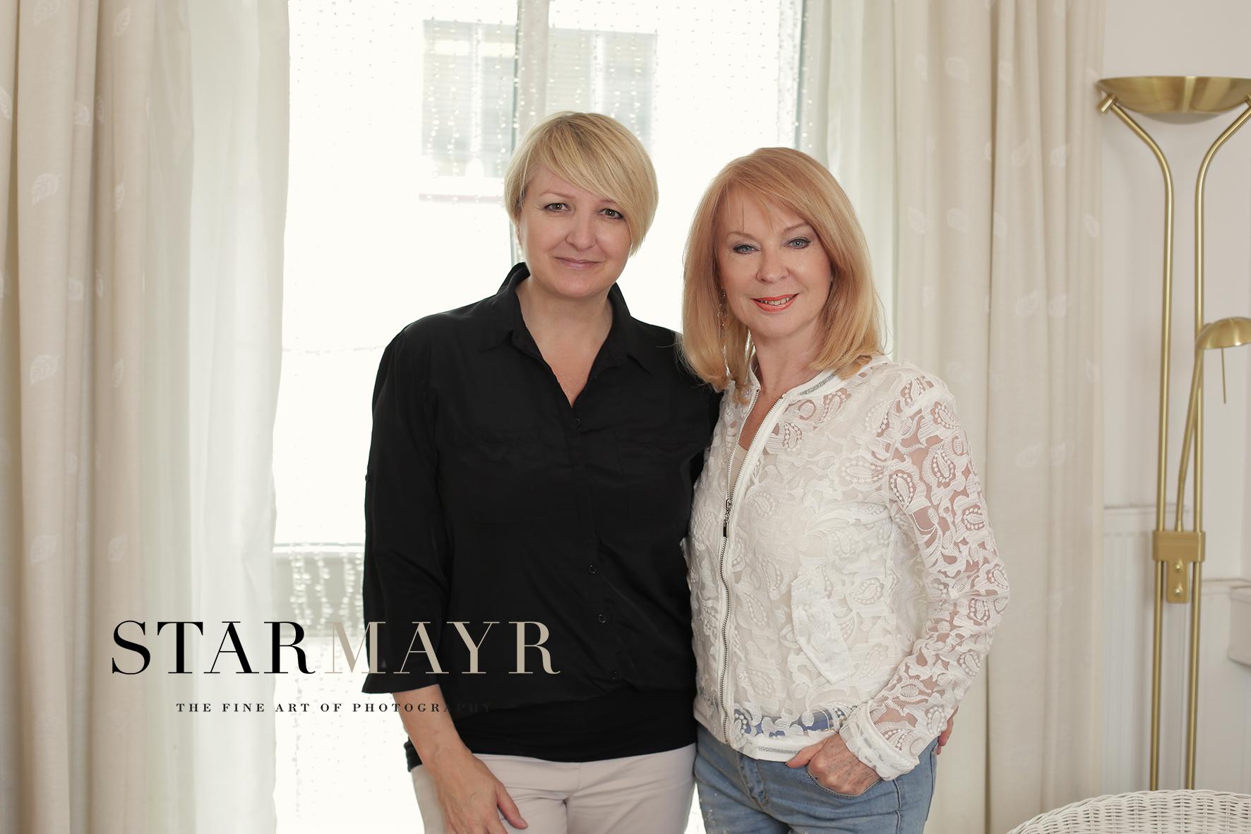 Fotgrafin Sabine Starmayr mit Astrologin Gerda Rogers